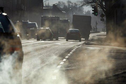 SVEVESTØV: Det hjelper lite om sola skinner og himmelen er blå: Midtbyen i Trondheim støver ned. De siste to dagene har lufta i midtbyen vært svært forurenset. Foto: Gorm Kallestad / SCANPIX