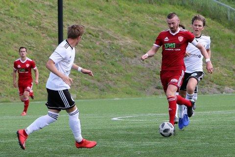 Steffen Hjelmtvedt i fint driv framover før han sender i vei skuddet som ga FK Toten utlikning til 1-1 mot Gran.