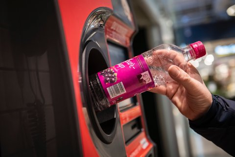 ILLUSTRASJONSFOTO: Infinitum skriver i en pressemelding at det i Norge ble pantet 1,2 milliarder drikkevarer i 2019. Nordmenn er dermed blant de beste i verden på å pante.