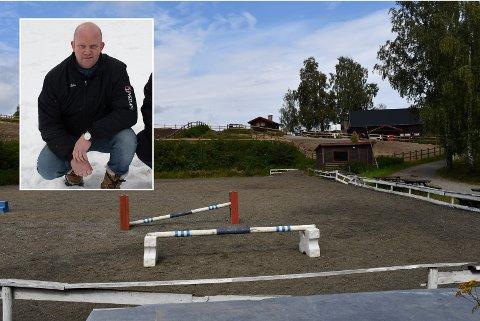 SLUTT FOR RIDESKOLEN: Leder Eddie Strandengen i Gjøvik Rideklubb forteller at flere år med underskudd og høye kostnader gjør at de nå ikke ser noen annen løsning enn å melde oppbud i rideskolen.
