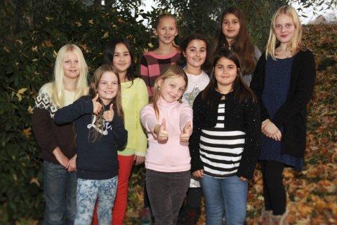 SYNGER: Ås barnekor er blant de unge aktørene i Ås kirke fredag kveld.