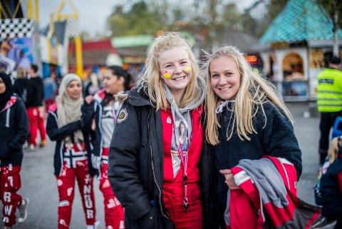Mellom fire og fem tusen russ hadde onsdag møtt opp for å delta på russens dag på Tusenfryd. Thea Buurskov (til venstre) og Karine Jacobsen var to av dem. ALLE FOTO: DANIEL GAUSLAA