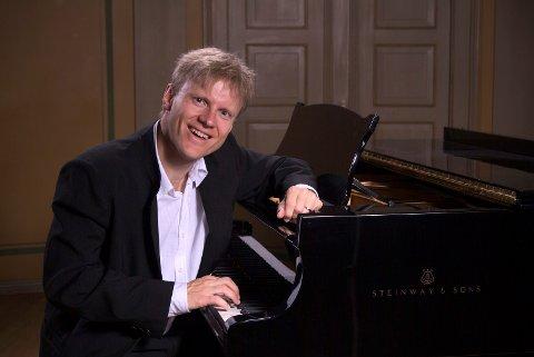 GJEST: Håvard Gimse spiller i Ås kirke søndag kveld.
