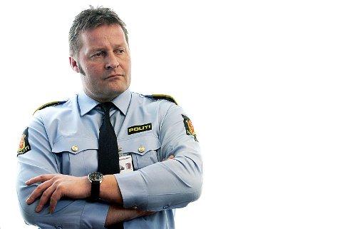 Aksjon: Leder av seksjon for organisert kriminalitet i Oslo, Einar Aas, bekrefter razziaen i boligen i Ski tirsdag.foto: Erlend Aas/NTB Scan