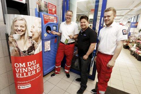 FIKK MEST I FOLLO: Knut Alstad (til venstre) og Per-Kristian Henriksen i Ski Røde Kors er glade for å få være til stede på 11 butikker i Ski, som her hos kjøpmann Stian Landbakk på Rema 1000.