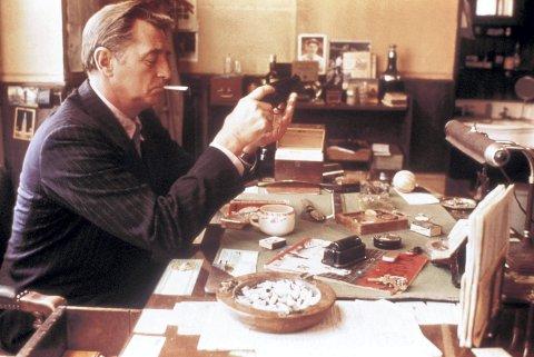 1 Klassisk: Den kjederøykende detektiven er klassikeren blant krimheltene. Her fra filmatiseringen av Raymond Chandlers «Farewell My Lovely» fra 1975 med Robert Mitchum som Philip Marlowe. FOTO: / www.album-online.com