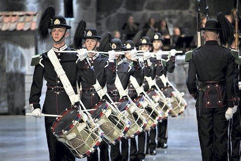 STAS: Gardistene er klare til oppvisning på Oscarsborg. FOTO: ANNETTE ASK/FORSVARET
