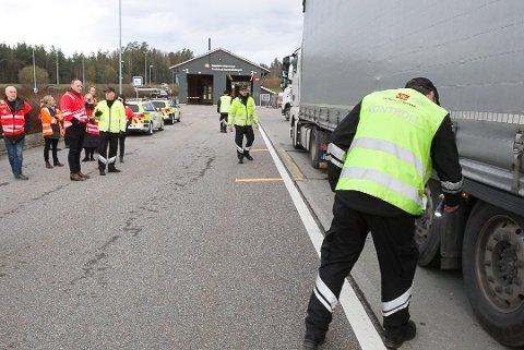 Over 5000 tungbiler har blitt kontrollert den siste uken. Her fra Taraldrud trafikkstasjon på torsdag da samferdselsministeren fikk se hvordan kontrollørene jobbet for å avdekke ulovligheter.