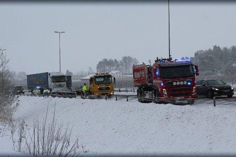 E6: En bil sto lenge på E6 ved Årvoll etter å ha vært innblandet i et trafikkuhell. Trafikken i nordgående felt gikk sakte, men ble dirigert forbi bilen som hadde sklidd inn i autovernet. Foto: Erlend Iversen Skarsholt