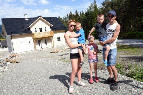 Samboerparet Morten Sporstøl Varpestuen og Merethe Rudrud kjemper nå for å få ferdig huset sitt på Vinstra, etter at snekkerfirmaet som hadde jobben gikk konkurs. Her sammen med barna Linnea, Leo-Alexander og Ludvig-Andre.