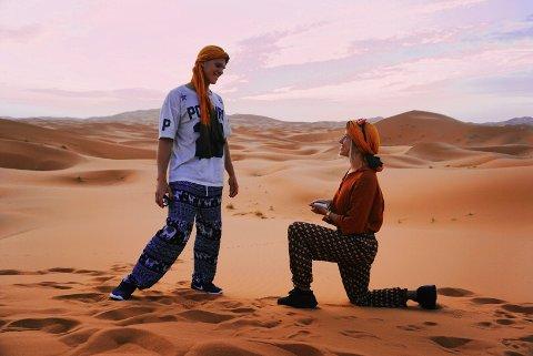GIKK NED PÅ KNE: Det var midt i Saharaørkenen at Mia Kristine (26) gikk ned på kne. Kjæresten Joachim (25) sa ja.