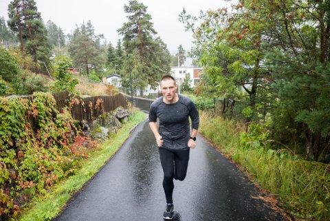 MOTBAKKE: Jon Espen trener motbakkeløp og intervaller i bakkene opp fra båthavna på Fagerstrand.