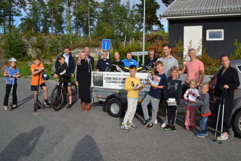 Tirsdag kveld gikk flere naboer på Øverskogen rundt og snakket med andre om motocrossbanen.