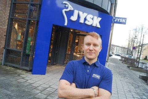 OVER ALL FORVENTNING: Butikksjef Lars Overgaard forventet ikke at det skulle stå kø utenfor butikken klokken 09:00 i morgentimene i dag. Han er godt fornøyd med dagens åpning.