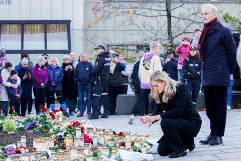 BLOMSTERNEDLEGGELSE: Mehl beskriver besøket i Kongsberg som å være preget av et stort alvor.
