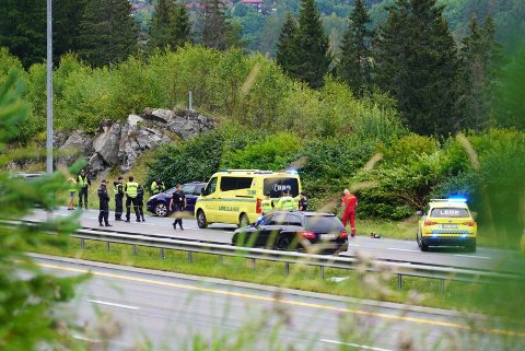NØDETATER PÅ PLASS: Da ØBs reporter ankommer stedet er både politi og bilberging på plass