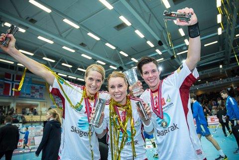 Gro Hammereng-Edin, Karoline Dyhre Breivang og Anja Hammerseng-Edin jubler etter nytt NM-gull