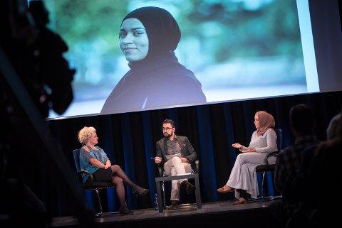 Debatt: Frisøren og hun som ønsket å være kunden hennes, møttes til debatt i Sliperiet. Frisør Merete Hodne (t.v) og Malik Bayan til Høyre. debattleder Yama Wolasmal fra TV2 i midten.