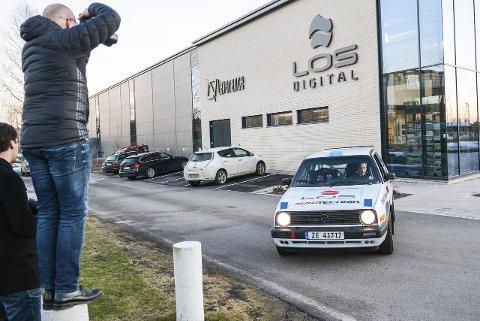 Større interesse: Erik Skjøldt fotograferer Anders Kjær og bilen foran hans nyeste sponsor LOS Digital.Foto: Torgrim Skogheim