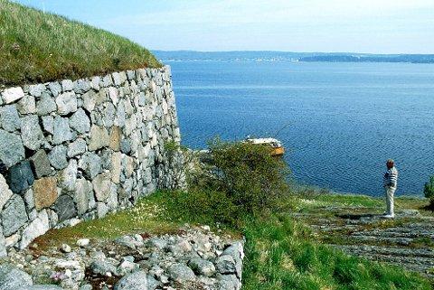 FUGLØYA: Murene etter Fugløya Fort er minner fra krigsåra 1807-14.