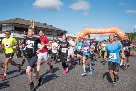 TAR OVER: Vestfold Maraton er nå heleid av ulike idrettslag, deriblant Tjølling IF. Her fra starten i Larvik i fjor.