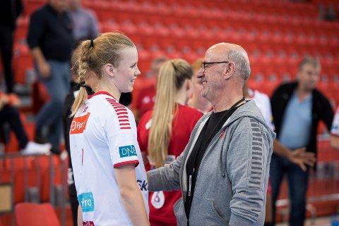 GRASROTSUKSESS: Bjørn Bjune, daglig leder i Larvik HK, sier klubben har satset hardt på grasrotandelen. Her med Mari Finstad Bergum.