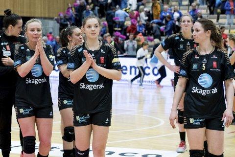 TAPTE: Emilie Christensen (f.v.), Maria Hjertner og June Andenæs måtte innse at de tapte mot et bedre lag i seriefinalen mot Vipers.Foto: Joachim Hellenes