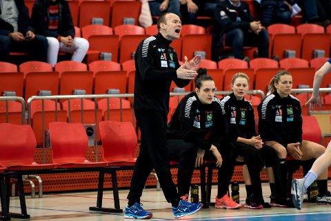 VIKTIGST: Geir Oustorp lover at larviksjentene skal gi full gass i serien etter en periode med tøffe Champions League-kamper. Larvik møter Molde borte søndag og Skrim hjemme i Arena på onsdag.