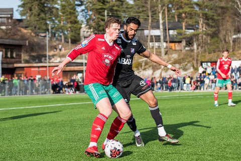 - TAPTE I ØSTFOLD: Henrik Bach Røsholt og Halsen trives ikke i gamle Østfold fylke denne sesongen. Mandag kveld ble det et 1-3-tap for Sarpsborg 08 2.
