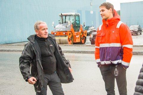 UENIGE: Trygve Bøe vil gjerne beholde parkerngsplassene utenfor isenkrambutikken på Øya. Veisjef Christian Trankjær i kommunen vil ha bredere vei.