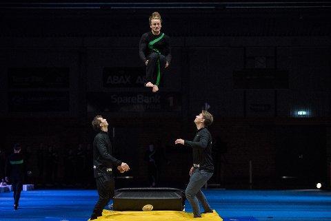 Akrobatikk: Det var mange luftige svev da Stag Turn feiret 50-årsdag i Stavernhallen lørdag ettermiddag.