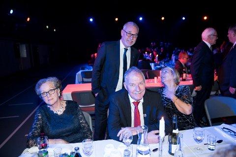 HADDE TALEN KLAR: Rolf Nilsen (med rødt slips) hadde talen klar for å ta i mot pris på Fram Fotballs vegne. Men talen kom aldri opp av lomma. Her sammen med f.v.  Gunn Torhild Nyland, Rune Høiseth og Jorun Abelhaug Nilsen.