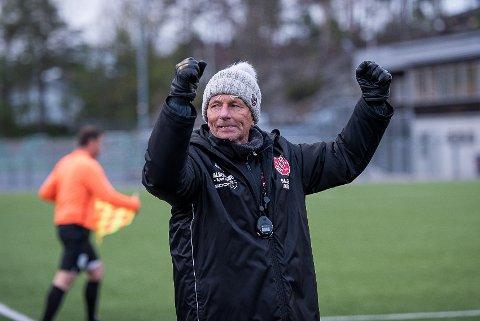 Vant på overtid: Trener Petter Olsen var en glad og lettet mann da Halsen slo Lokomotiv Oslo etter en sen avgjørelse på fremmed gress søndag ettermiddag.