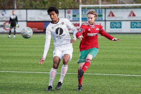 TAPTE: Halsen tapte hele 0-5 for Mjøndalen 2 lørdag. Her er Simen Anthonsen i aksjon i et tidligere oppgjør mellom lagene.