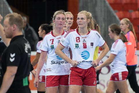 GLEDER SEG: Elinore Johansson (venstre) og Tiril Merg var skuffet etter tapet mot Volda, nå gleder de seg til å møte Vipersi Boligmappa Arena.