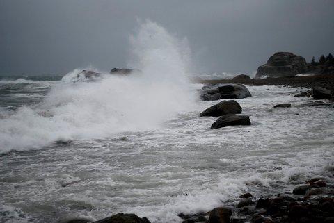 PASS PÅ! Det er meldt sterk vind langs kysten.