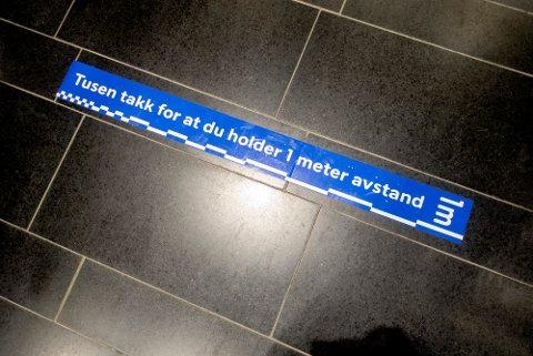 UMULIG: Det er nesten umulig å følge oppfordringen om å holde minst en meter avstand i dagligvarebutikker, hvis ikke absolutt alle er fokusert på å gjøre det. (Foto: Gorm Kallestad / NTB)