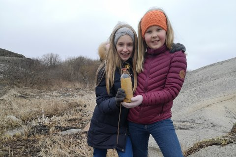 FINNERE: Sanna Kaupang Jacobsen og Ida Dortea Øhman, begge 10 år, fant noe de ikke helt hadde ventet seg da de plukket søppel i fjæresteinene.