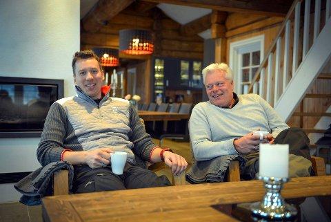 GÅR SÅ DET SUSER: Sven Holhjem (t.v.) og Johnny Eliassen i en av hyttene de leier ut. Bildet er tatt i 2017. (Arkivfoto: Eigil Kittang Ramstad)