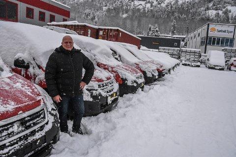 FORNØYD: Vidar Trae opplever suksess som bruktbilselger. Livet har bydd på mange oppturer og nedturer for 56-åringen, men akkurat nå selger han biler som hakka møkk på nettet. Den siste uka solgte han 23 biler.