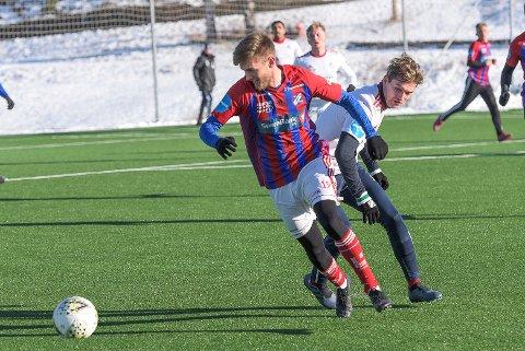UNGT TILSKUDD: Bodø/Glimt-forsvareren Nicklas Sundsvåg (t.v.) har signert lånekontrakt med Fram ut 2021-sesongen. Her i duell med Ernest Rzepecki i internkampen på Månejordet 13. februar.