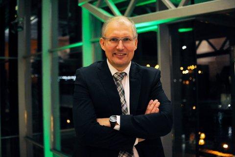VIL IKKE MENE: Fylkesordfører Terje Riis-Johansen vil ikke mene noe om en oppløsing av dagens fylkeskommune. Og får årsmøtet i Senterpartiet til å vedta at han ikke skal mene noe.