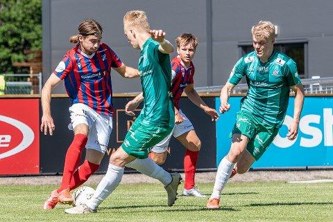Liker utviklingen: Rødberg-gutten Marius Jacobsen er godt fornøyd med Framparken anno 2021 - og med lagets innsats i treningskampen mot sterke Kvik Halden lørdag ettermiddag. I bakgrunn ser vi lagkamerat Adrian Bergersen.
