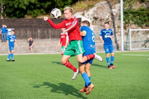 Treneren møter eleven: Christer Smith vant denne duellen mot sin tidligere trener - nå kaptein på Notodden - Henrik Gustavsen. Det var imidlertid Gustavsens lag som vant cupkampen 5-1 søndag ettermiddag.