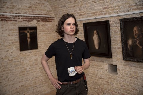 TALENT: Både Odd Nerdrum og Vebjørn Sand har hyllet William Heimdal (18) som et eksepsjonelt malertalent.Han er oppvokst i Trøndelag, men har bodd i Larvik de siste årene. Nå stiller han ut sammen med Memorosa i Stavern.
