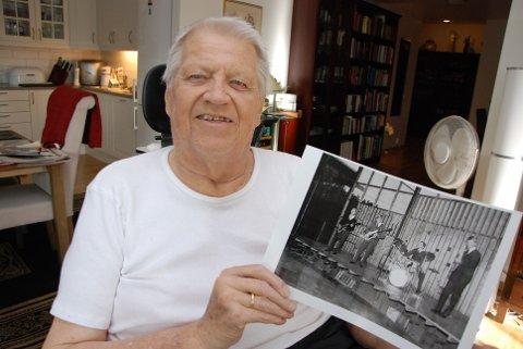 GLOMDALSMUSEET: Bjørn Furuheim viser et bilde av The Counts, tatt i den nyfredete danserestauranten på Glomdalsmuseet i 1962.