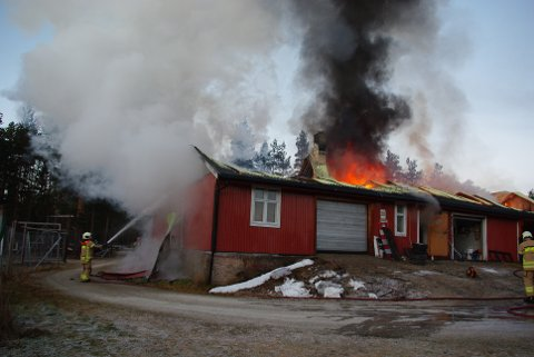 BRANN: Låven på Åkrestrømmen i Rendalen sto i full fyr en lengre periode lørdag.