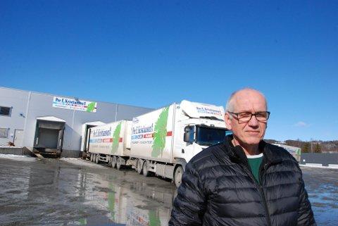 UREALISTISK: REgionsjef Guttorm Tysnes sier det er urealistisk å tro at for eksempel utenlandske vogntog fra Sverige skal stoppe og sette på kjettinger hver gang de kjører rv. 25. (Foto: Halvard Berget)