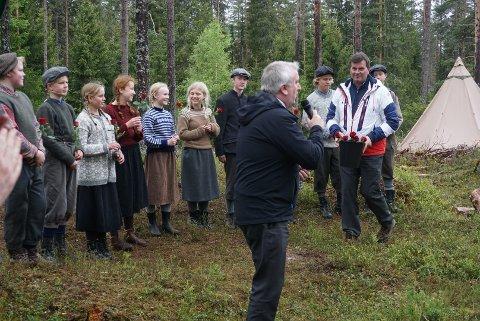 BLOMSTER: LO-leder Hans Christian Gabrielsen delte ut roser til skuespillerne i «Bryter og strant». I  forgrunnen produksjonsleder Bjørn Jarle Røberg Larsen. (Foto: Knut Fjeld)