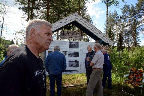 FLERE TAVLER: Per Udnæseth var mannen bak mange informasjonstavler på Finnskogen og i Løten. Her en annen tavle på Velta. Den forteller fløterhistorien.
